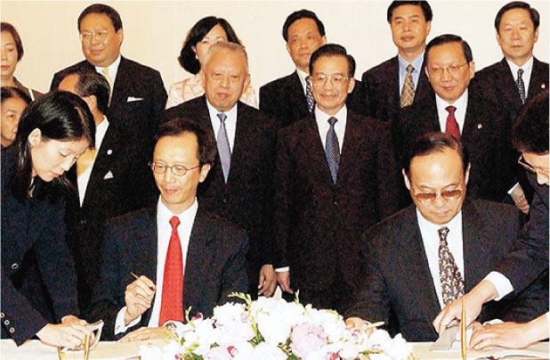 2003年,時任財政司長梁錦松(前左二)及商務部副部長安民(右)簽署CEPA文件,特首董建華、總理溫家寶分別站在兩人背後見證。(資料圖片)