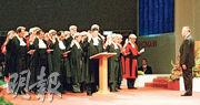 1997年7月1日凌晨的特區政府宣誓就職儀式上,李國能(中)率領其他法官宣誓就職。(政府新聞處)