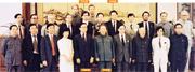 1983年5月,李國能、李鵬飛、李柱銘等12名香港專業界及商界精英組成「才俊團」,前往北京訪問,其間在北京人民大會堂獲時任全國人大副委員長習仲勳接見,討論香港前途問題。習仲勳是現任國家主席習近平之父。 (李鵬飛提供)