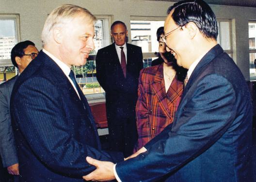 前新華社香港分社副社長張浚生(前右)經常隔空與時任港督彭定康(前左)唇槍舌劍。圖為彭定康1992年上任港督後,同年10月首次訪京,張親自到機場送行。(資料圖片)