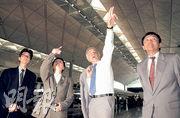 前港督衛奕信(右二)1989年六四事件後一手促成興建赤鱲角機場,他於2001年訪問香港時曾到新機場參觀,時任機管局行政總監彭定中(右一)陪同。(資料圖片)