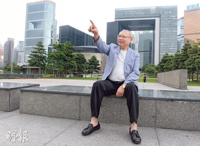 在政府做了46年官的孫明揚於5年前退休,他接受訪問時來到政府總部前的添馬公園。他認為政府引入問責制是好事,部分人希望看到的「(問責官員)人頭落地」沒有發生,不等於問責制出問題,認為民意亦會令政策有改變。(劉焌陶攝)