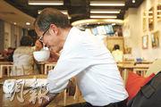 曾鈺成退下立法會主席一職後,全身投入「香港願景」智庫運作。與香港一起走過回歸20年路,他說,很多事都無法預料,有的比想像中好,亦有比想像中差。被問及有否想像過2047年的香港,他大笑着指指天,「到時我係嗰度啦」。(曾憲宗攝)