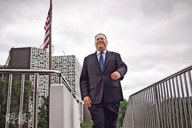 美國駐港總領事唐偉康上月於半山官邸接受本報專訪,形容香港回歸以來的經濟和基建發展,令現時狀况較20年前好,而香港仍擁有高度自治。(馮凱鍵攝)