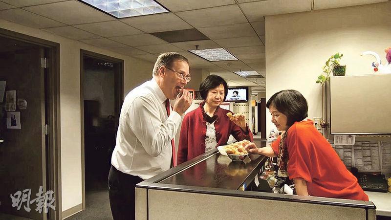 唐偉康(左)喜愛香港食物,年初與下屬一起拍的慶祝農曆新年短片中,更有偷吃雞蛋仔的情節(圖)。(facebook短片撮圖)
