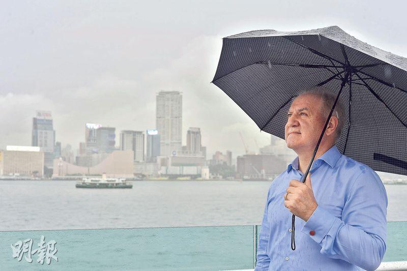20年過去,香港經歷不少風雨,杜大偉認為本港仍有國際公司總部樞紐的優勢,地位難以取代,但未來的工作機會主要來自中國大陸,籲港人北望神州,勿將眼光局限在本地。(馮凱鍵攝)