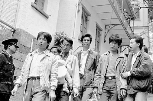何喜華在1980年代協助「無證媽媽」四處奔波,圖為一批無證媽媽遭遣返後,何喜華 (右一)與她們的丈夫離開當時的域多利羈留所。(何喜華提供)