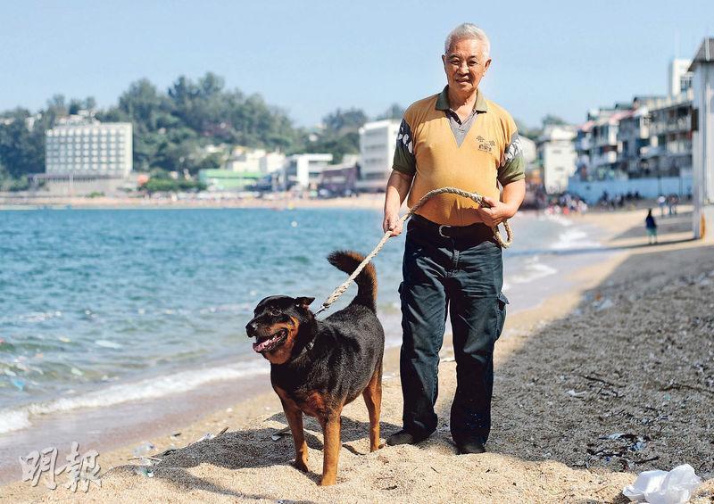 郭卓堅在長洲獨居多年,家中收養了3隻貓和1隻狗,他指自己最大的願望就是貓狗比他早死,「佢哋冇人照顧好慘」。(郭慶輝攝)
