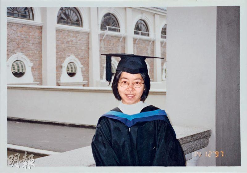1997年港大英文系畢業的李凱欣,完成港英教育後跳進特區政府,20年過去,對畢業證書不是末代港督簽署一事至今耿耿於懷;圖為她1997年畢業時在港大內拍照留念。(受訪者提供)