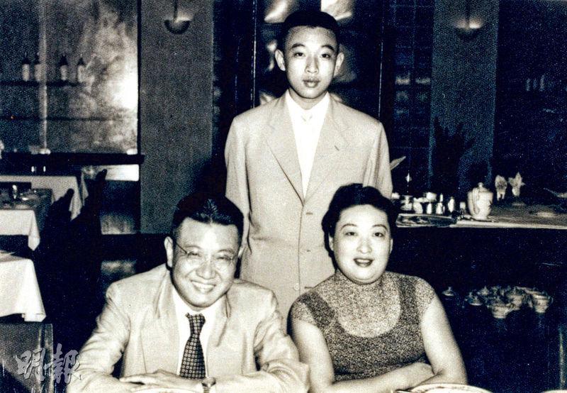 董建華(後)與父親董浩雲(前左)及母親顧麗真(前右)1950年代的合照。(資料圖片)