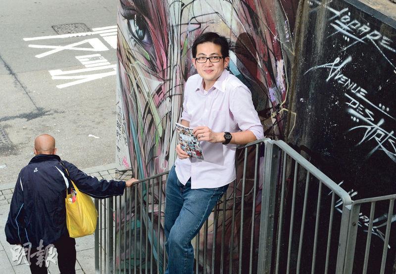 深度遊旅行社「活現香港Walk in Hong Kong」今年獲旅發局邀請設計「舊城中環」遊,當中路線介紹了隱藏在中上環大街小巷的不同「壁畫」。活現香港創辦人陳智遠(圖)說,他多次帶團走過這條四方街的樓梯,笑指自己「留下了不少腳毛」。(劉焌陶攝)