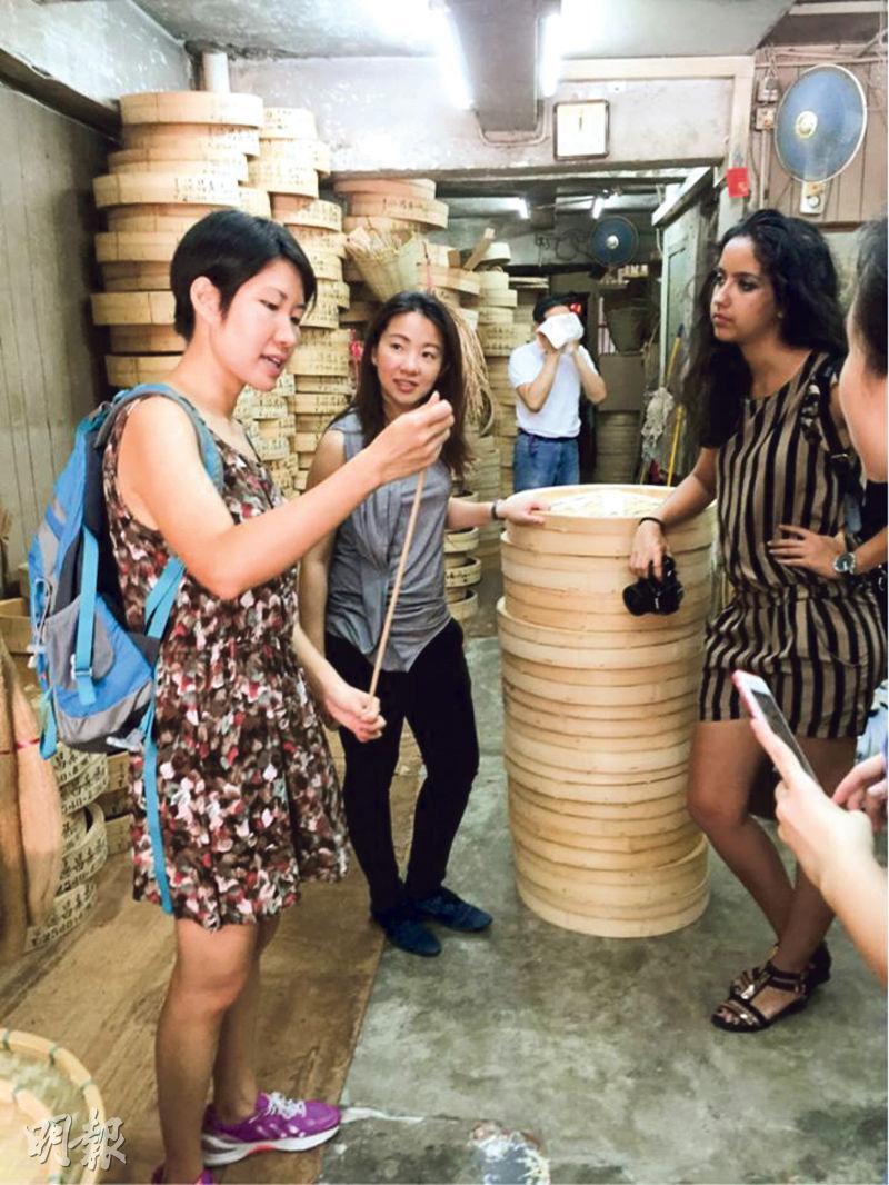 「活現香港」為本港深度遊旅行社,專門開辦各式各樣的導賞團供遊客參加,每人收費約350至650元不等。「活現香港」企業發展及策略總監鄧彥心(左)每周都會帶團,她曾帶過遊客到本地點心蒸籠製作工場參觀,講解如何用竹紮成一個個蒸籠。(受訪者提供)