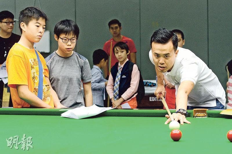傅家俊(右)計劃退役後繼續向後輩分享經驗,貢獻香港桌球壇。(楊柏賢攝)