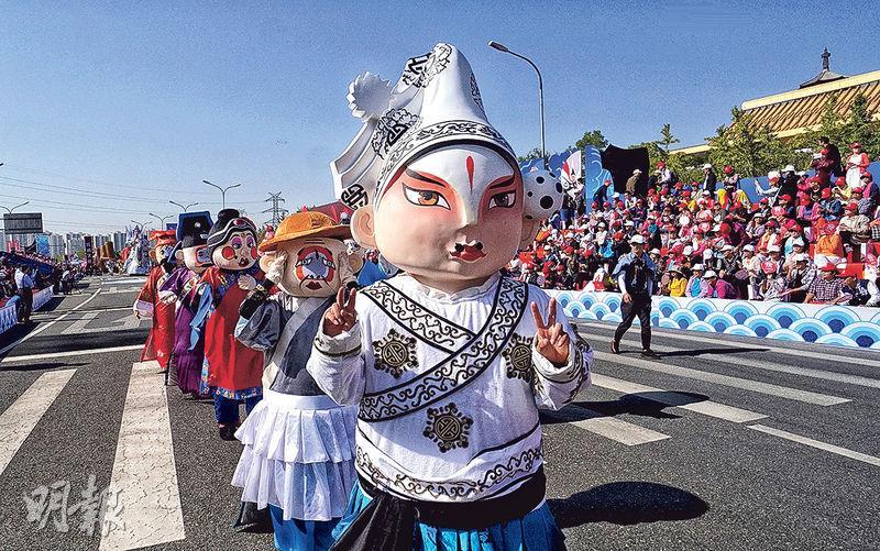 北京城市規劃提到要傳承曲藝文化,圖為上周的2017中國戲曲文化周開幕式,演員扮成卡通京劇人物形象。(新華社)