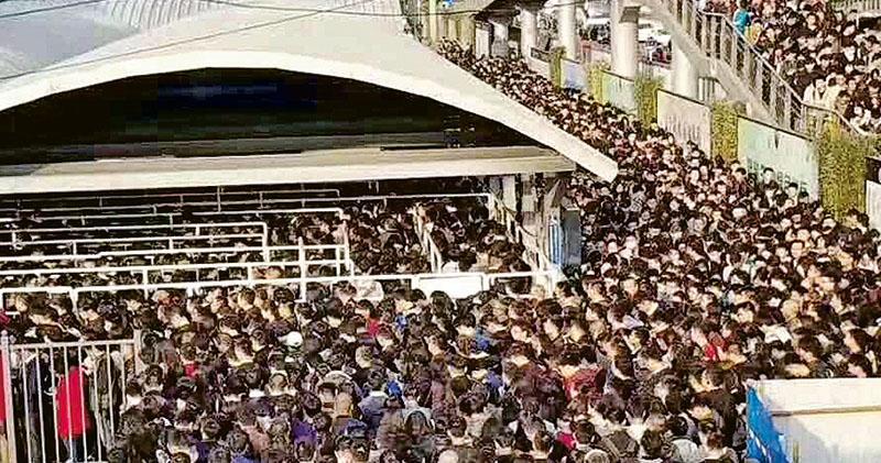 安檢升級 北京地鐵入閘排長龍 飛機級別「人物同檢」 上班族怨聲大
