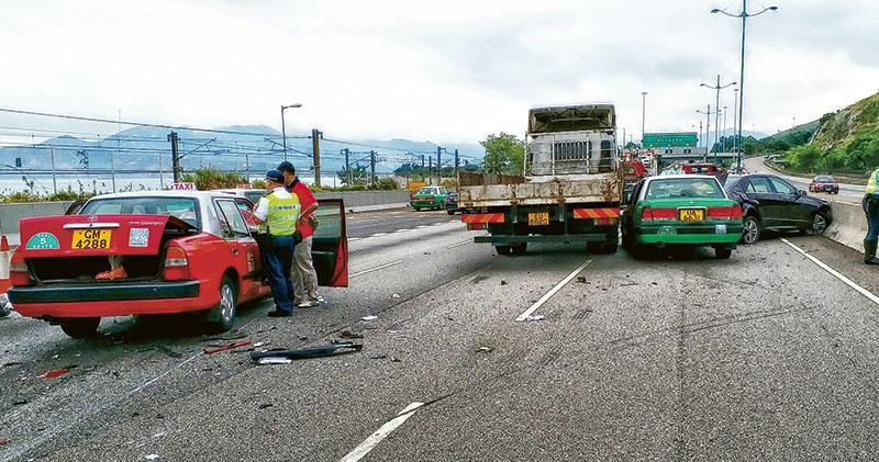 北大嶼公路5車連環車禍 兩司機被捕  平治被撼停路中 的士司機追撞亡
