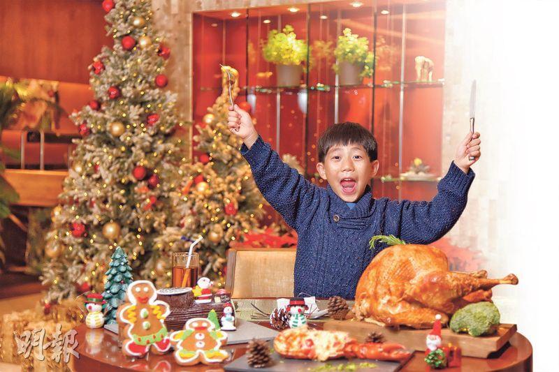 選擇多多——聖誕節,當然要吃燒火雞應節啦!煙熏香味撲鼻,雞肉鮮嫩,大人小朋友肯定愛上。「add」有不同熱葷,包括素菜千層麵、龍蝦意大利麵、燒乳豬等;海鮮冷盤當然亦是不可缺少,即開生蠔、波士頓龍蝦、阿拉斯加蟹腳、凍蝦等,十分豐富。(圖︰黃志東)