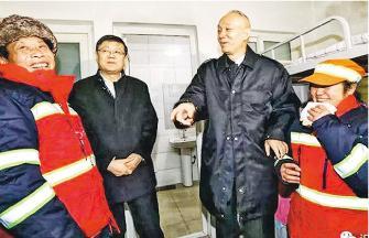 北京市委書記蔡奇(右二)與代市長陳吉寧(左二)昨日慰問基層,其間到環衛站視察,與一對來自四川的夫婦聊天。(網上圖片)