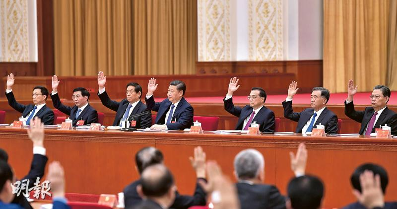 中共十九屆二中全會前日至昨日在北京京西賓館召開,審議通過「修憲建議」。圖為中共中央政治局7名常委及其他中委舉手表決。(新華社)