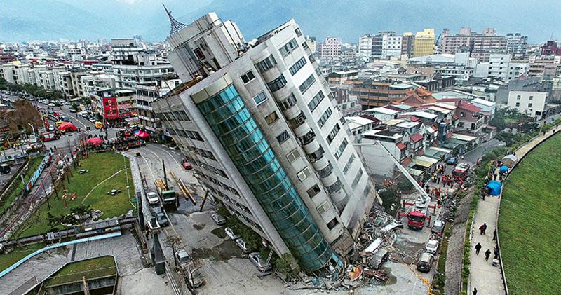 花蓮6.4級地震 傾側民宅39人失蹤  樓坍路斷7死260傷 大雨餘震阻救援