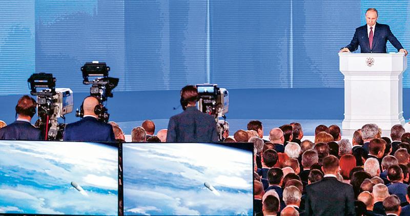 俄羅斯總統普京(右)昨日發表國情咨文,其間介紹俄方新研發的武器,並配以模擬片段(左下方),聲稱其洲際導彈可命中全球任何目標,無懼美國的導彈防禦系統。