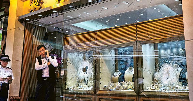 扑爆櫥窗掠4000萬元鑽飾 南美鐵槌黨劫中環珠寶店 3人落網