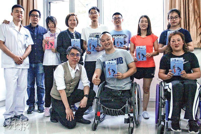 「站起來」醫生羅尚尉(前左一)、何錦華(後左二)跟進傷者長達10年,上月底在成都重聚。(鄭海龍攝)