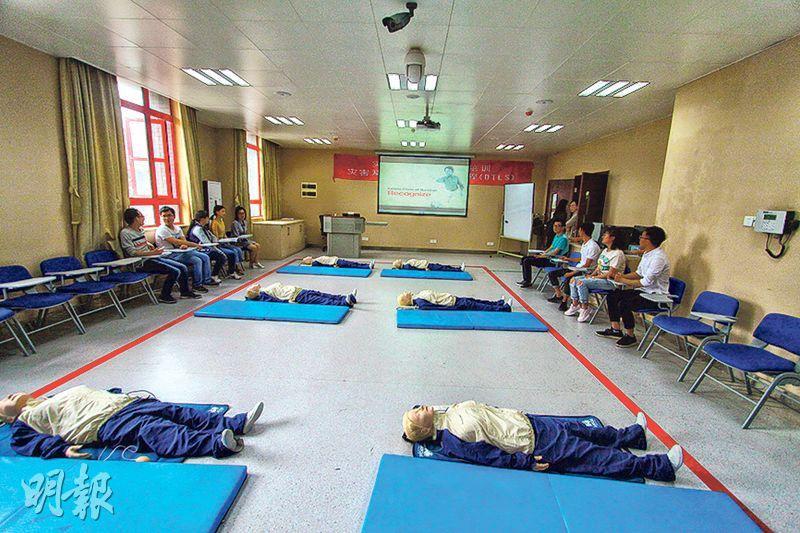 四川大學災後重建和管理學院備有急救訓練室,學生利用假人模型練習。(鄭海龍攝)