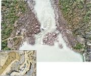 唐家山堰塞湖現在兩邊山體已長出草木(上圖),當年挖出的泄洪渠經過加固,上游來水可穩定下泄。小圖為2008年官兵緊急開挖引水槽的情形。(曾憲宗攝/資料圖片)