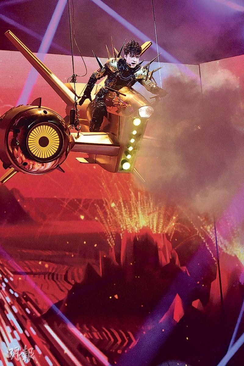 古巨基坐上金色穿梭機在舞台半空現身。(攝影﹕鍾偉茵)