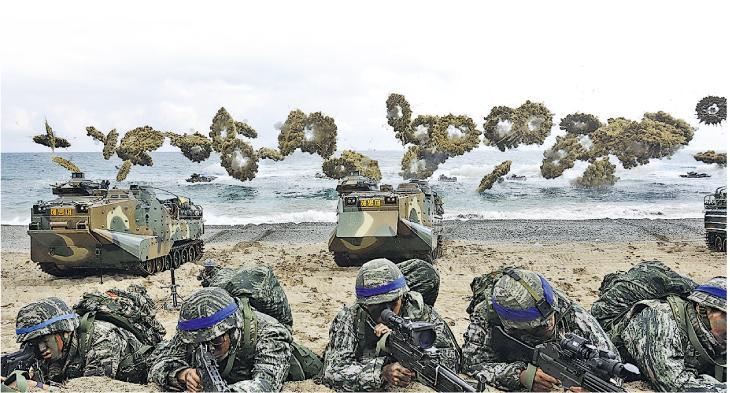 韓、美士兵去年4月在浦項灘頭參加「鷂鷹」聯合軍演。