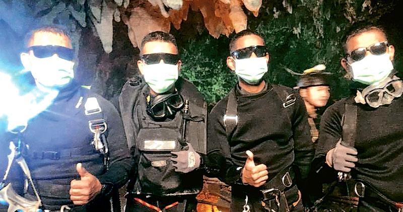泰國海豹部隊facebook網頁昨晚貼出相片,表示4名協助救人的隊員從洞內全身而退。