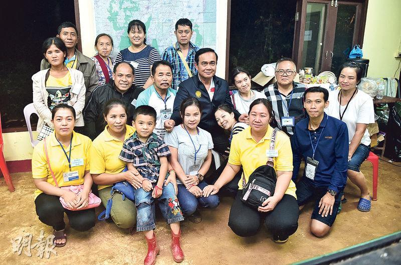 泰國首相巴育(中)周一傍晚到清萊視察救災中心和會見被困者家屬(圖)。