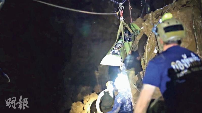 泰國海豹部隊昨日公布的影片顯示,救援人員用懸索系統協助把獲救少年運出洞外。(網上圖片)