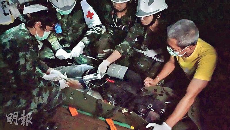 醫護在山洞內為擔架上的獲救者作檢查。