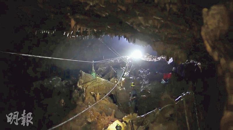 昨日發布的救援片段顯示,睡美人洞內黑暗崎嶇。