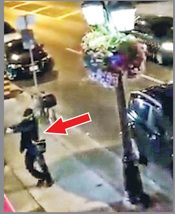 網民拍攝片段顯示,一名穿深色衣服的男子(箭嘴示)行走時突然轉身朝店舖開槍