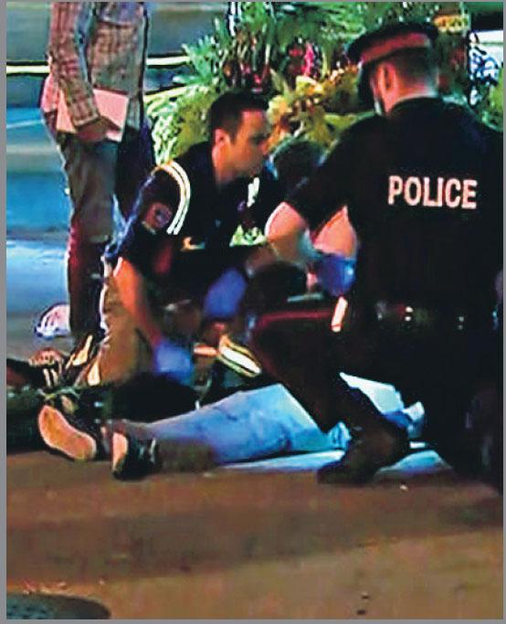 警方和救援人員到場,檢查一名相信中槍倒地的市民。