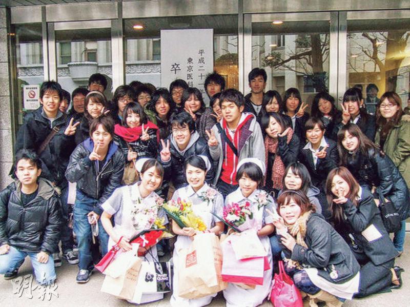 有相關人士稱東京醫科大學暗中調低女考生入學試分數,是考慮到女性結婚或生育後可能離開醫療界,影響醫護人手數目。圖為一班東京醫科大學畢業生