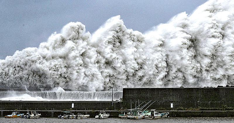 關西機場關閉 3000客滯「孤島」  飛燕重創日本  油輪撞毁連接橋  研今海路接人