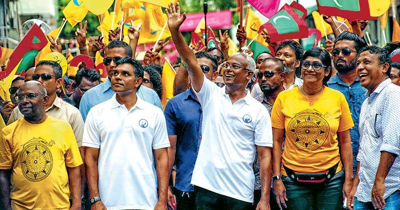 反對派的索利赫(中)昨日在最後一次競選集會上向支持者揮手致謝。(路透社)