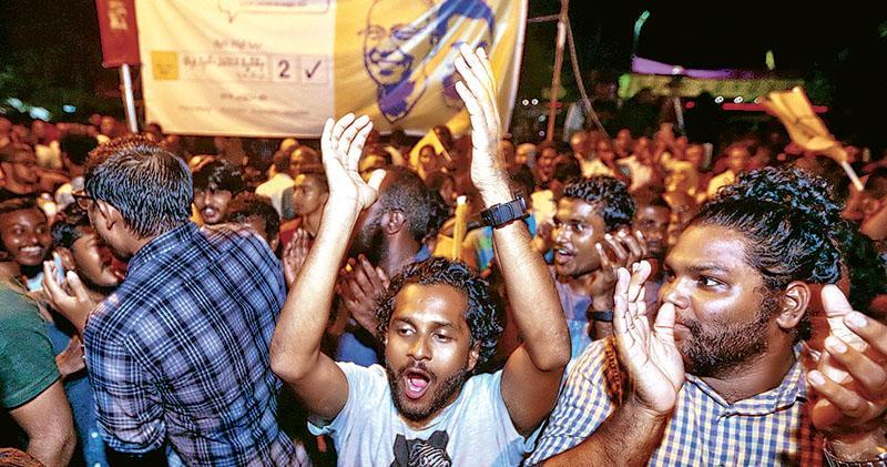 馬爾代夫反對派候選人薩利赫勝出總統大選,他的支持者周一走上首都馬累街頭慶祝。(路透社)