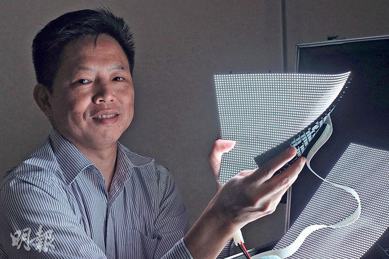 袁錫鴻(圖)2009年已研發出軟性LED顯示屏,惜當時市場未成熟。如今產品已獲美國專利,又取得國家級創意獎,現準備打入內地市場。(曾憲宗攝)