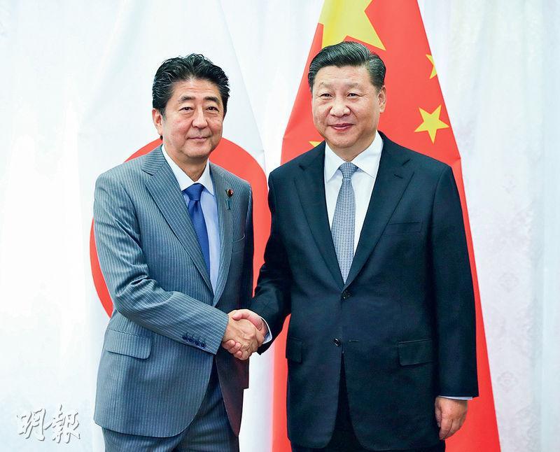 日本首相安倍晉三(左)上月在海參崴與中國國家主席習近平(右)見面。(新華社)