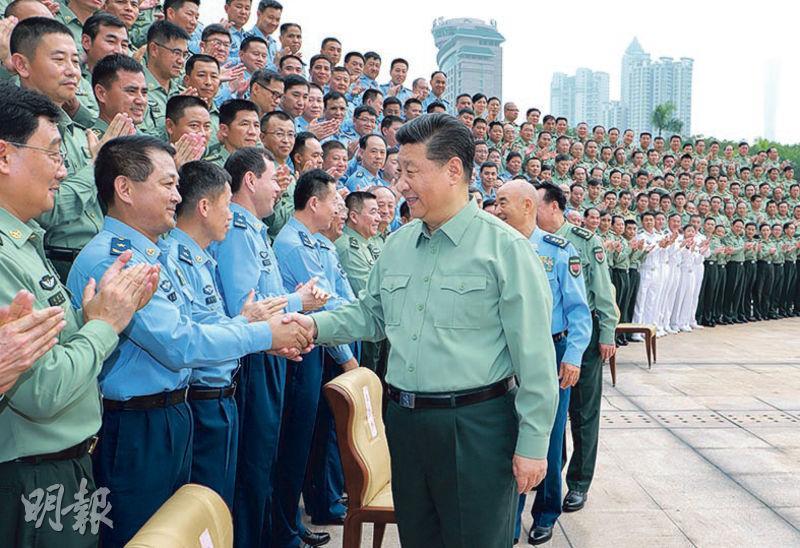 中央軍委主席習近平(前右)前日到南部戰區機關,接見駐廣東部隊副師職以上領導幹部。(新華社)