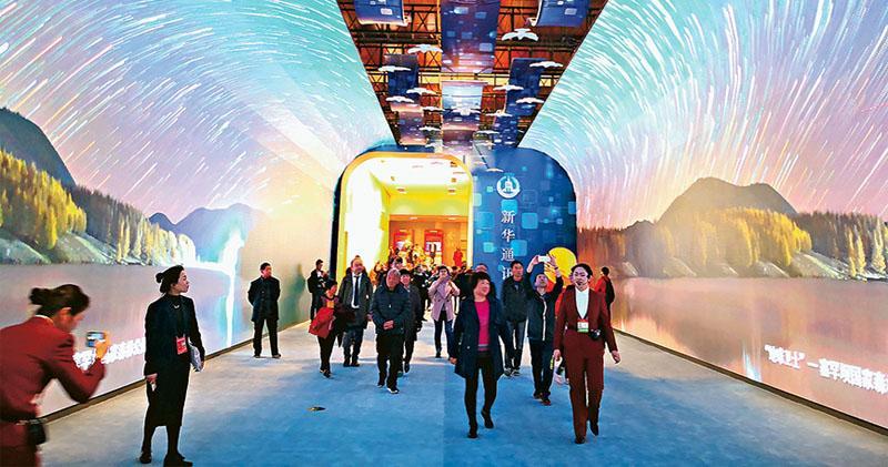 「偉大的變革——慶祝改革開放40周年大型展覽」昨日正式對公眾開放,圖為觀眾在「大美中國長廊」中觀賞。(明報記者攝)