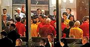 國家主席習近平與美國副總統彭斯(背對鏡頭白髮者)一同身穿巴新傳統襯衫大合照,二人被拍到透過翻譯交談,但未知內容。(路透社)