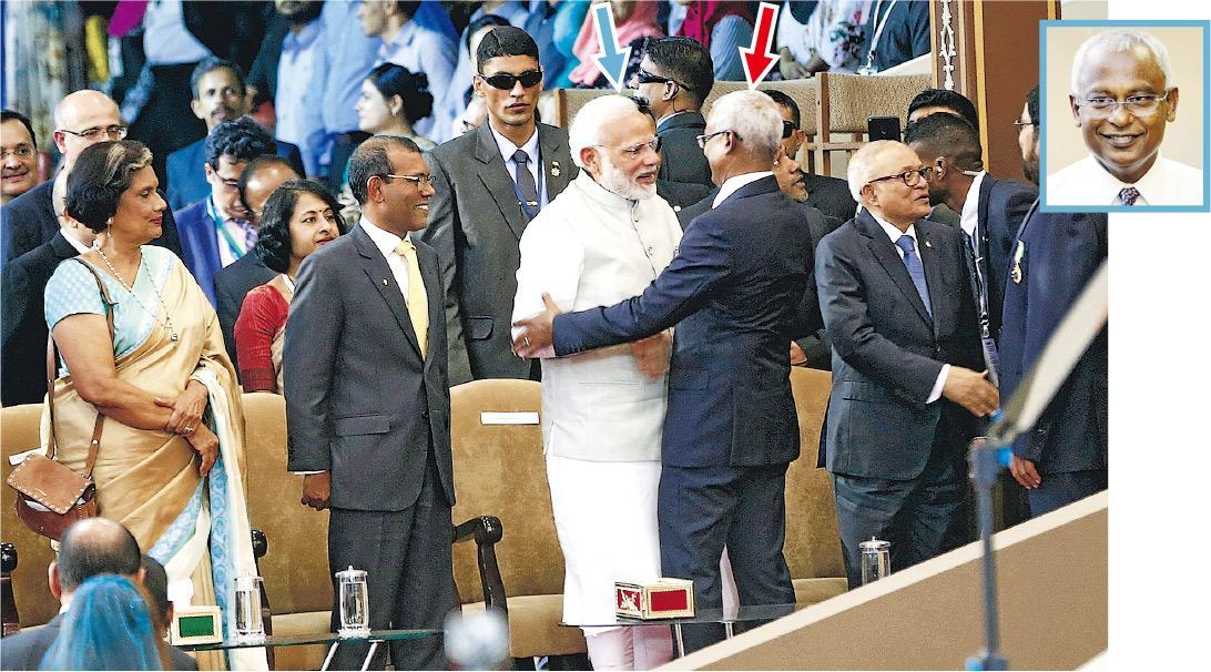 馬爾代夫新總統薩利赫(紅箭嘴及小圖)上周六正式宣誓就任後,與印度總理莫迪(藍箭嘴)擁抱接受祝賀。(路透社)