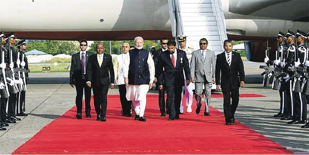 印度總理莫迪(中)上周六搭乘專機抵達馬爾代夫首都馬累,獲鋪紅地氈歡迎。(法新社)