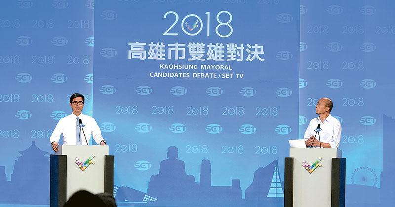 「雙雄對決 世紀首辯」高雄市長候選人辯論會昨晚8時在三立電視台舉行,由民進黨候選人陳其邁(左)與國民黨候選人韓國瑜(右)展開兩小時的辯論。(中央社)